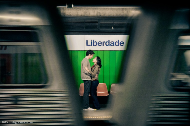É bonito como vemos este casal entre os vagões do metrô. Essa cena é comum nos metrôs de São Paulo, pontos de encontro, quando muitas vezes deixamos de lado a correria por alguns segundos para admirar um beijo apaixonado, um olhar cúmplice, um abraço apertado ou um sorriso de boas-vindas